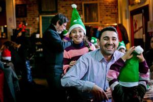 Pères Noël verts, journée de fête organisée en 2015 par le comité du livre où ont été conviées des familles de réfugiés syriens et irakiens soutenues par la fédération du Val-d'Oise.
