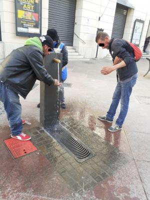 L'équipe de bénévoles de Marseille a disposé des savons sur les fontaines publiques afin que les personnes à la rue puissent se laver les mains et limiter les risques d'infection.
