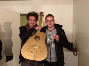 Matthieu Chedid et Baptiste, bénévole FD35