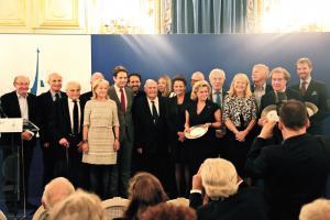 Le président du SPF, Julien Lauprêtre, entouré par les jurés et les autres lauréats.