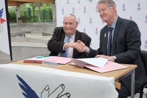 Julien Lauprêtre, président du SPF, et Bernard Lapasset, coprésident du comité de candidature Paris 2024, signent le 27 avril un partenariat pour favoriser l'accès aux sports.