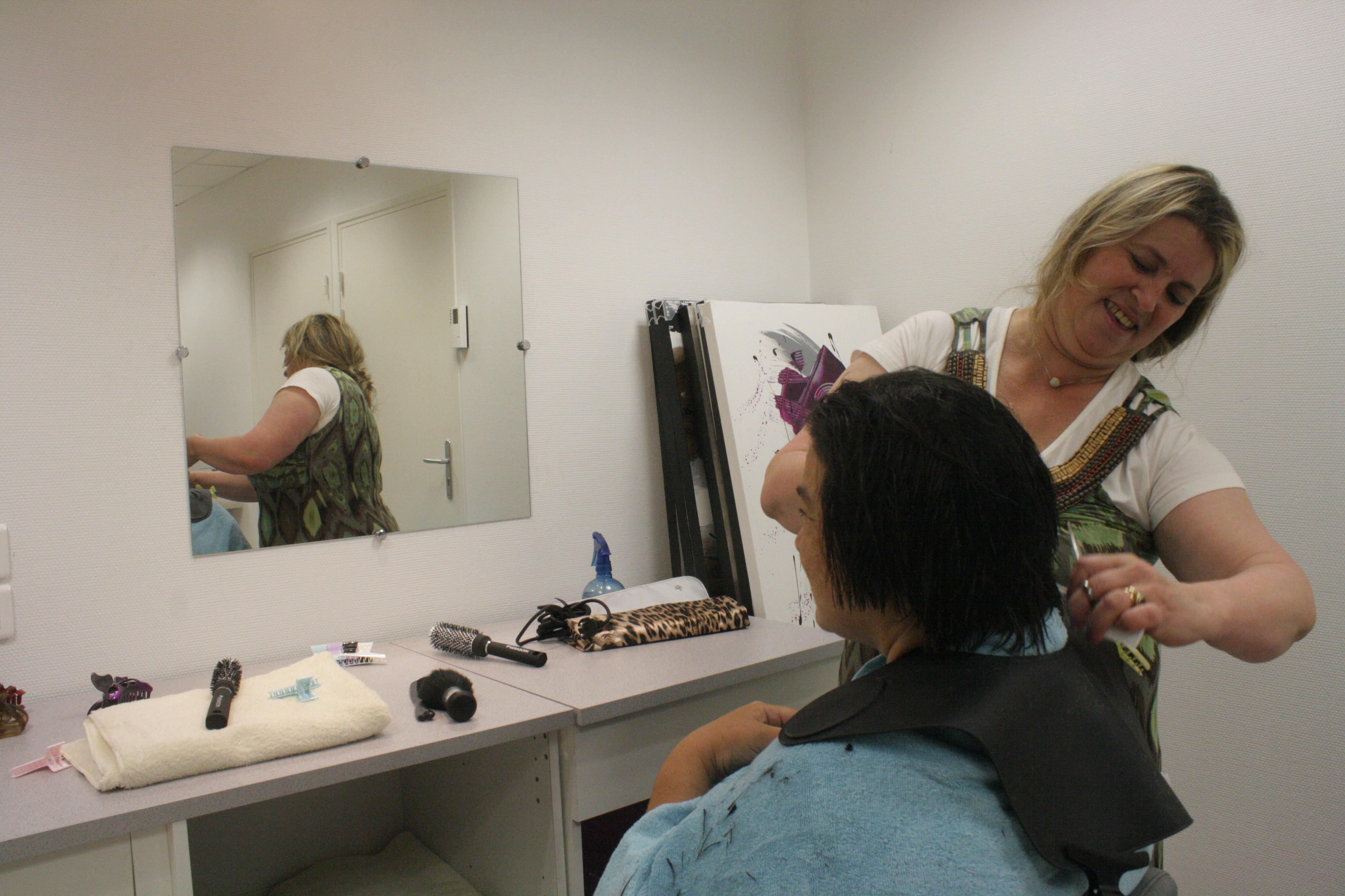 Secours populaire archiv ouverture du salon de coiffure esth tique de la f d ration du nord - Ouverture salon de coiffure ...