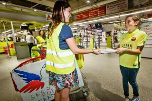 Collecte de fournitures scolaires - Auchan La Défense 2015 - 1