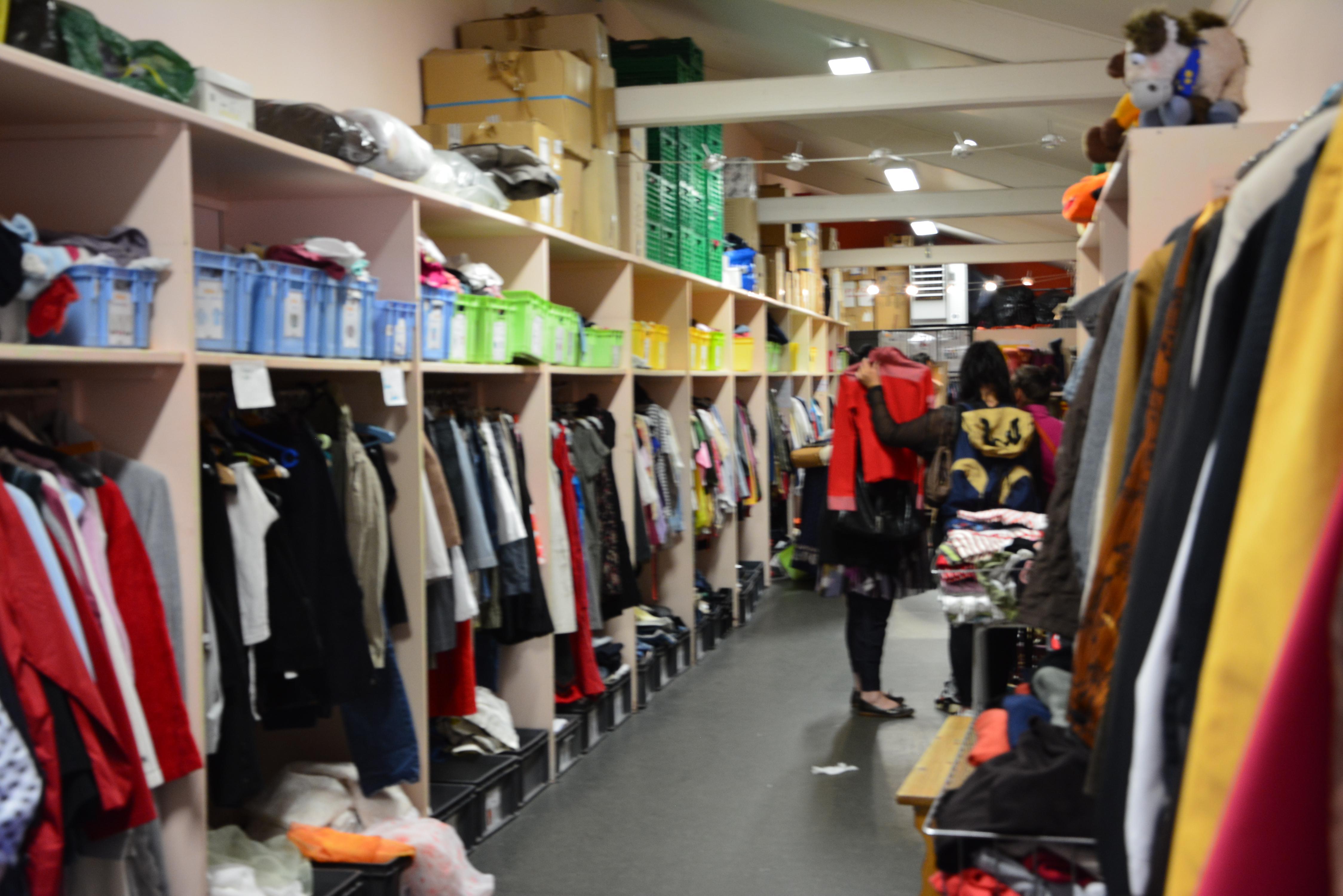 087690500a6 L aide vestimentaire et la boutique solidaire