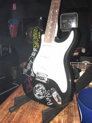 Guitare dédicacée par No One is Innocent
