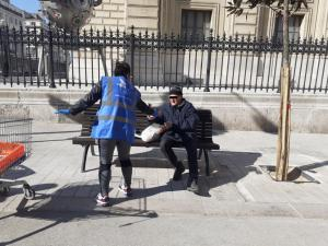 """""""Comment font les gens à la rue pour vivre en période de confinement et d'épidémie ?"""" Les équipes de bénévoles redoublent d'énergie."""