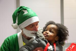 Cela fait 40 ans que le Père Noël vert vient les bras chargés de cadeaux pour qu'aucun enfant ne soit privé de cadeau.
