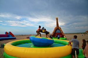 Sur la plage de Gruissan (Aude), les enfants jouent avec les attractions mises à leur disposition.