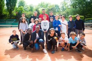 """Une vingtaine d'enfants et d'adolescents ont """"tapé la balle"""" avec Jo-Wilfried Tsonga, le 2 mai, pour l'annonce de l'ouverture du 9e Village Kinder, cet été."""