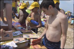 Les 5000 petits Franciliens présents à Cabourg (Calvados) ont chacun reçu un livre des éditions Rue du monde.