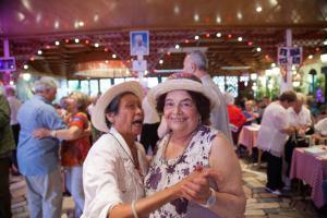 Jeudi 17 août, 400 séniors isolés d'Île-de-France se retrouvent à la guinguette Chez Gégène (Joinville-le-Pont) à l'occasion du Banquet des cheveux blancs : une journée de vacances festive pour manger et danser en bonne compagnie