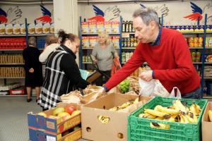 Les bénévoles assurent la tenue de milliers de libres-services alimentaires chaque année afin de venir en aide aux personnes démunies.