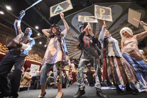 Bénévoles et personnes aidées ont défilé au Musée des arts forains, arborant des créations réalisées à l'aide de vêtements collectés par le Secours populaire.