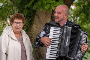 Un accueil en musique pour les cheveux blancs, qui débarquent Chez Gégène.