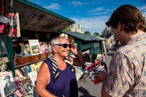 A bientôt 70 ans, Charlotte est obligée de continuer son activité de bouquiniste sur les bords de la Seine.