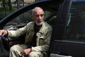 Alain, 68 ans, retraité, vit dans sa voiture à Paris, sans domicile fixe