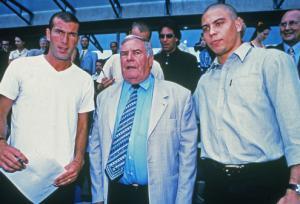 Zinedine Zidane et Cristiano Ronaldo entourent Julien Lauprêtre, alors président du SPF, au Stade de France en 2000.