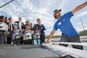 En séjour sportif sur l'île de loisirs dans les Yvelines, des enfants de familles aidées par le Secours populaire ont rencontré jeudi 3 août Emmanuel Macron venu leur rendre visite