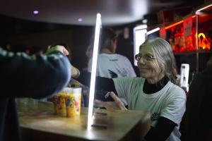 Pendant la soirée, une douzaine de bénévoles d'Île-de-France s'activent au bar, au vestiaire et au marchandising afin de collecter pour la solidarité.