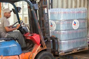 Arrivée, tri et distribution des premières aides d'urgence à Saint-Martin