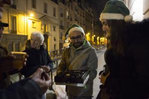 En maraude à Paris le dimanche 24 décembre 2017, les bénévoles du Secours populaire vont à la rencontre de sans-abri avec lesquels ils tissent des liens privilégiés.