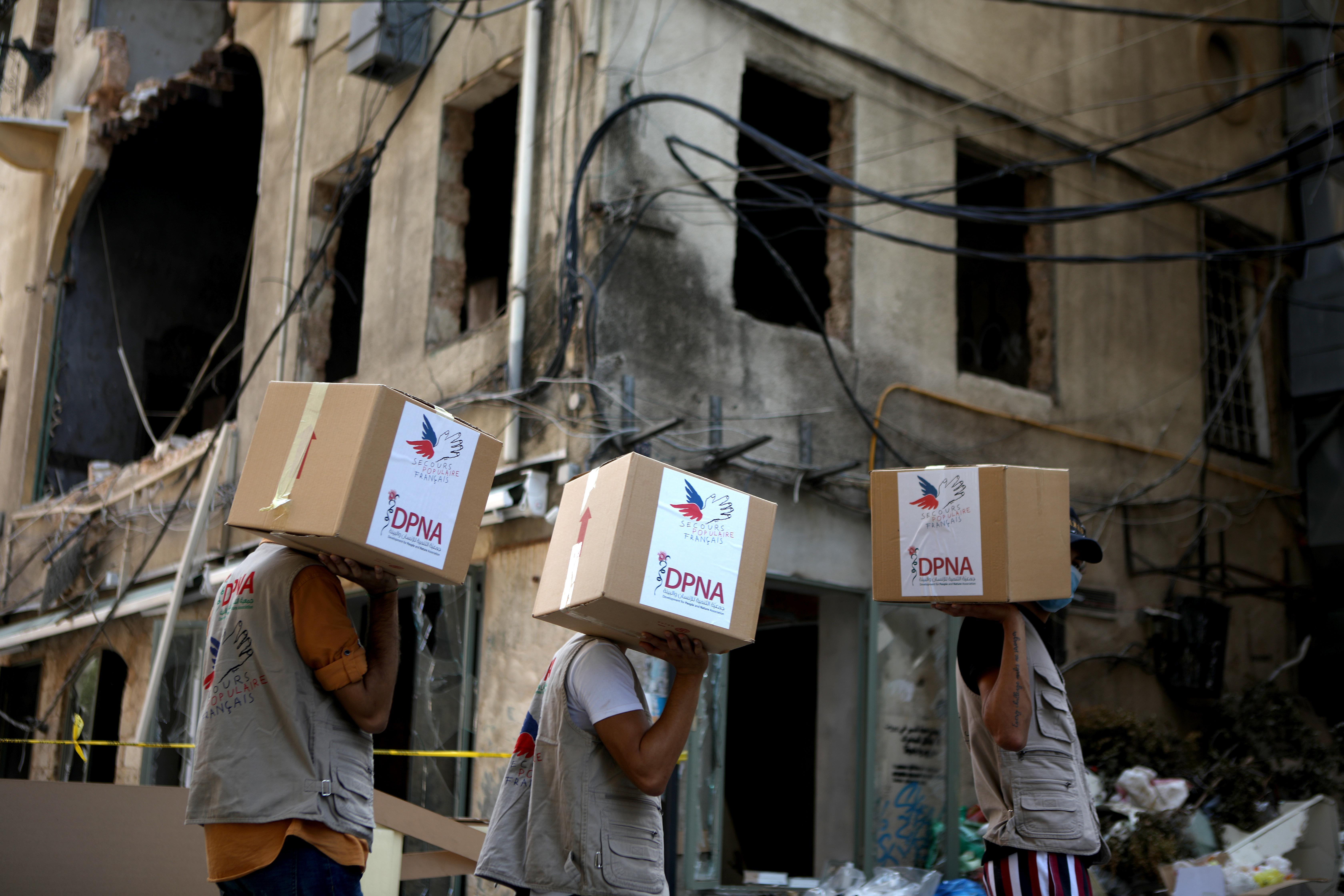 Trois volontaires de DPNA lors d'une distribution de colis d'urgence dans une rue de Beyrouth