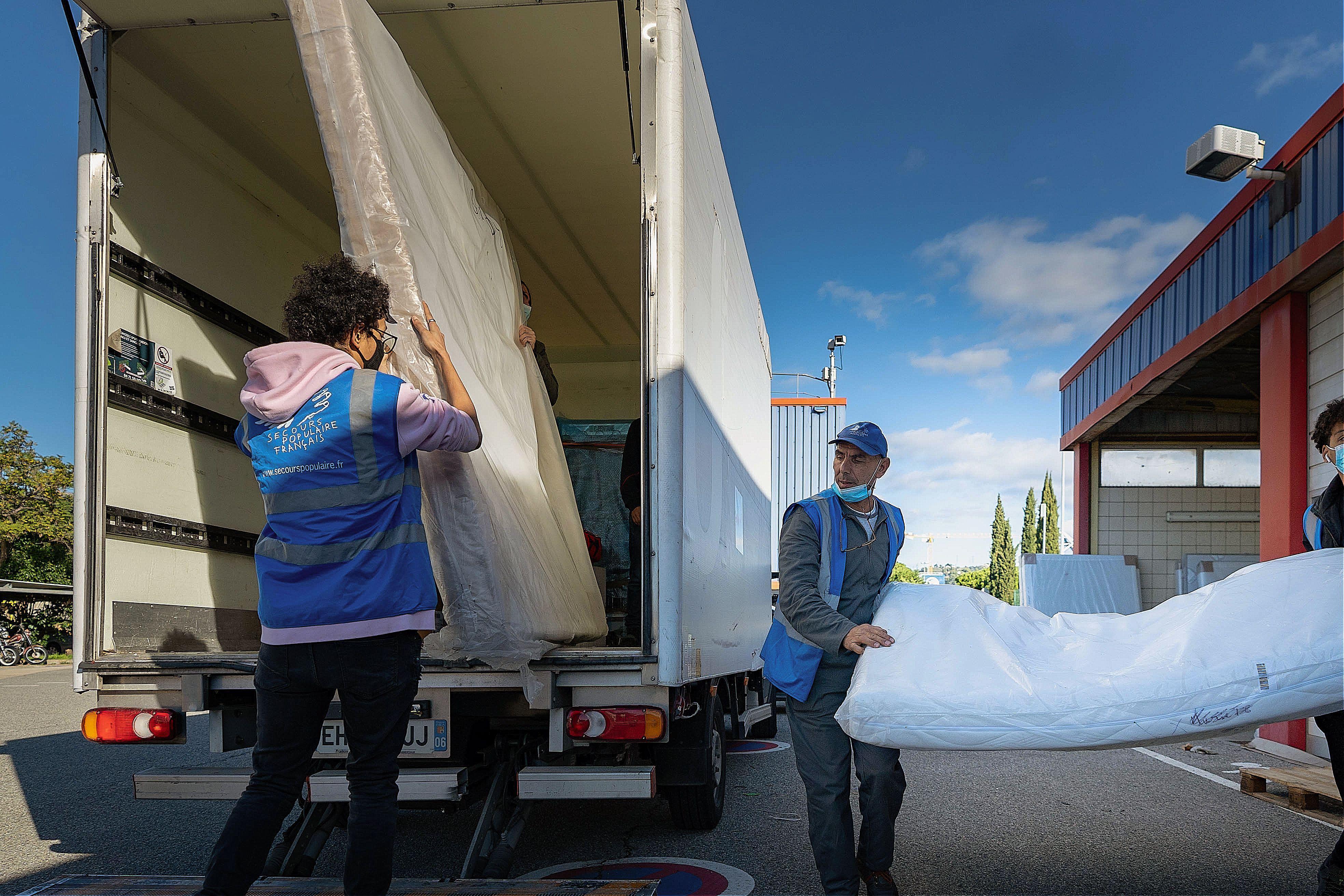 Les jeunes bénévoles de Nice chargent des dizaines de matelas, fournis entre autres par la fédération de l'Eure-et-Loir du SPF. Direction : Saint-Martin-de-la-Vésubie.