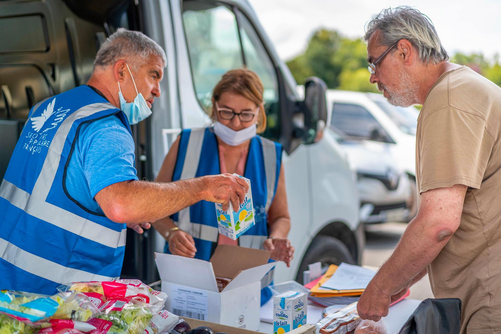 Les bénévoles de Périgueux apportent très régulièrement de l'aide alimentaire à une trentaine de familles de Sarlat, frappées par la crise. Hervé, lui, vient après une baisse des aides sociales.