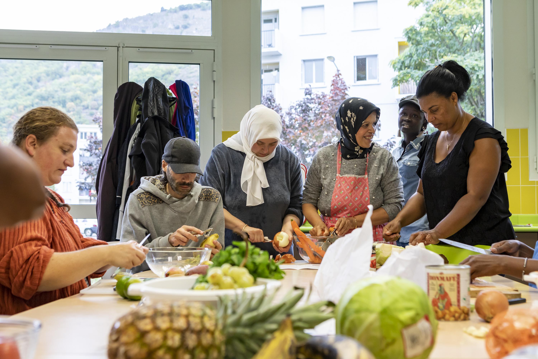 Les participants, surtout des femmes, ont créé des liens lors de la réalisation des recettes, dans une ambiance conviviale et bienvaillante.