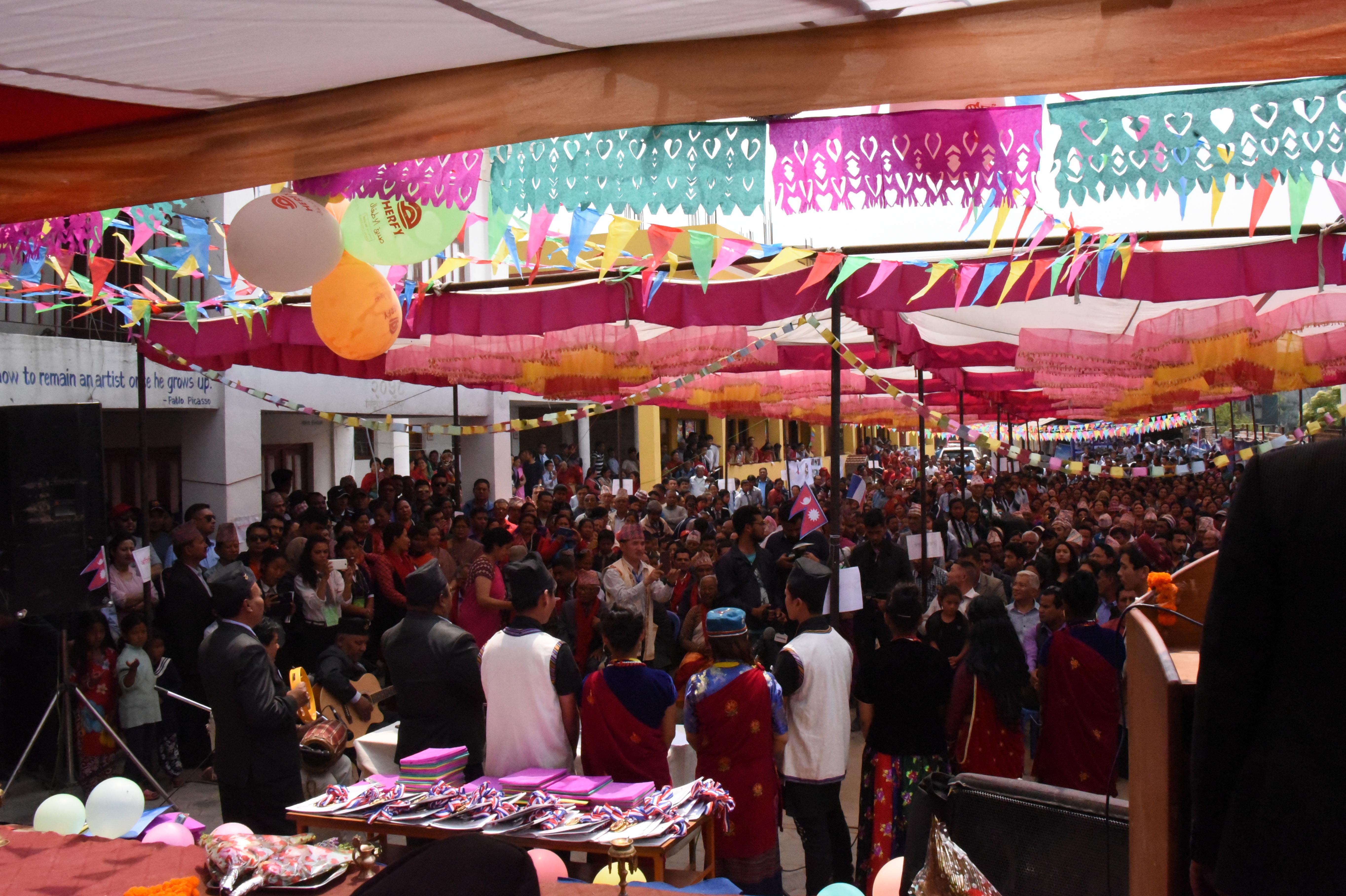 Environ 1500 personnes ont participé à l'inauguration de l'école de Mahalaxmi, près de la capitale Katmandou.