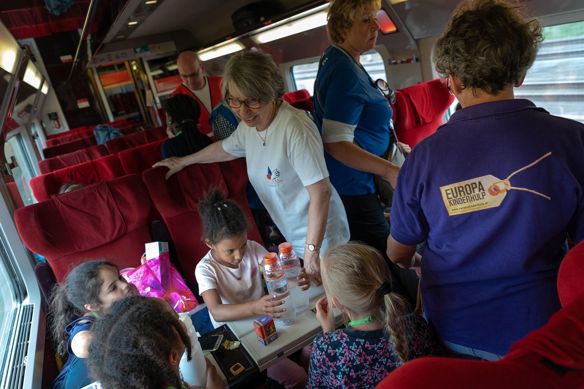 Pour le retour, les enfants étaient entourés par du personnel de Thalys et des bénévoles du Secours populaire et d'Europa Kinderhulp.