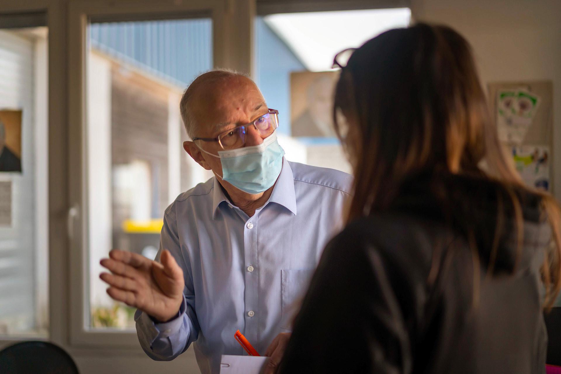 Médecin à la retraite, Michel conseille les personnes aidées sur la manière de se protéger contre le virus et sur la vaccination.