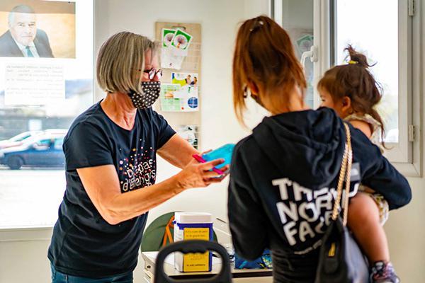 A Guéret, dans la Creuse, les bénévoles reçoivent le public selon les règles sanitaires, informent sur les manières de se protéger du virus et donnent régulièrement des masques.