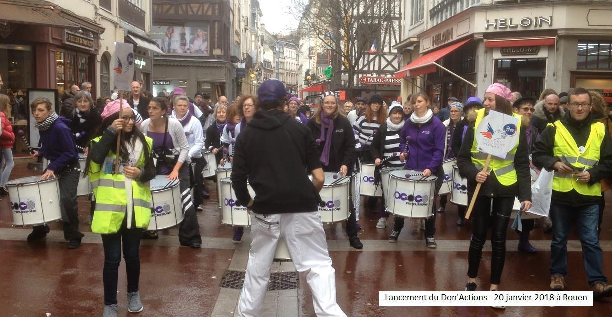 """A Rouen, les bénévoles ont collecté au rythme de la fanfare """"Agogô Percussions"""" La générosité a été au rendez-vous avec plus de 500 euros collectés."""