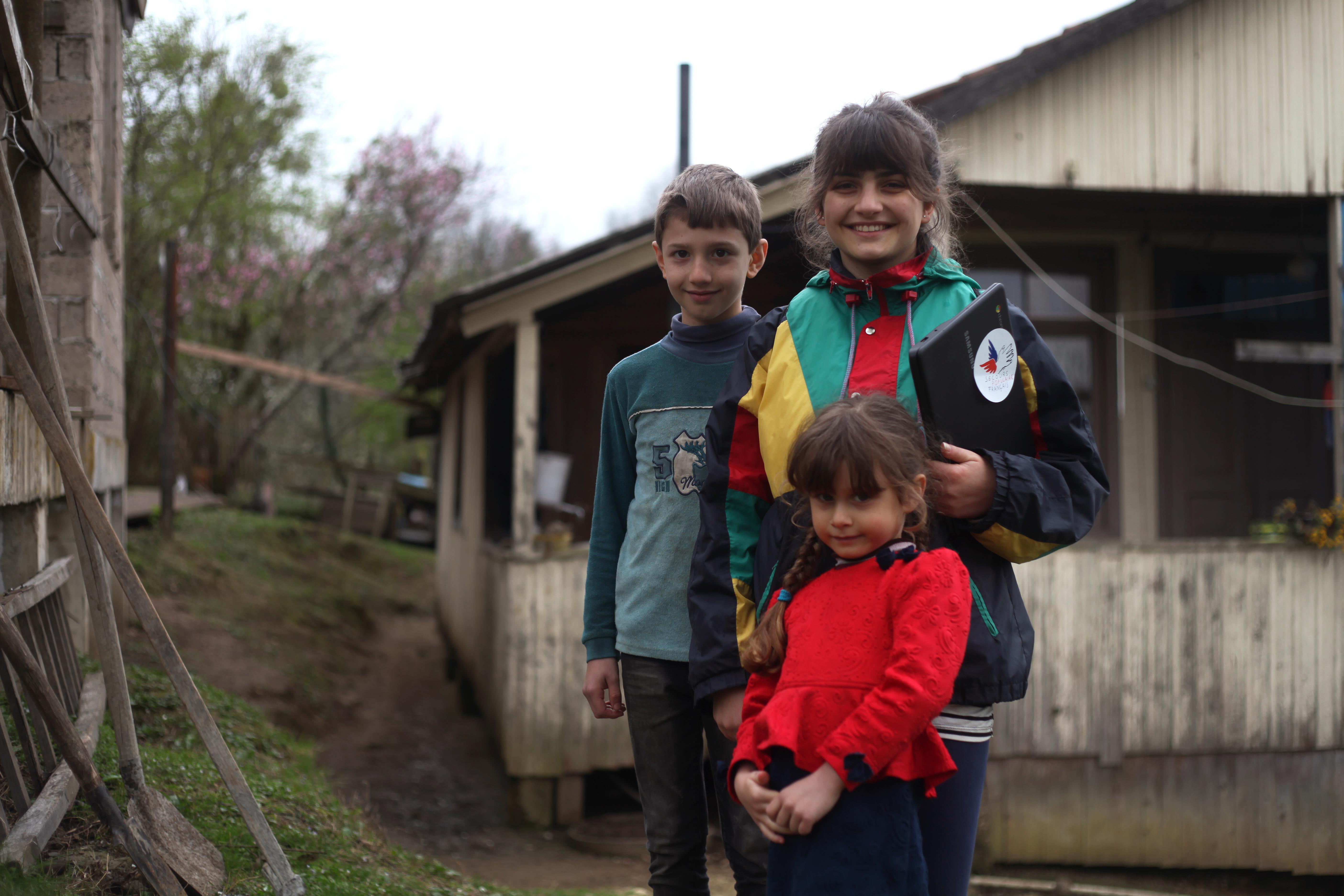 La joie est grande dans la famille de Ketevan (ici, avec son frère et sa soeur) : elle va pouvoir continuer à étudier à distance, malgré la pandémie.