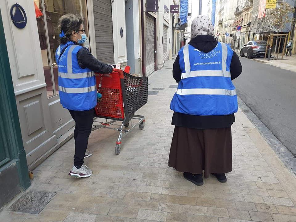 Les rues se sont vidées avec le confinement et les aides habituelles ont été perturbées. Les bénévoles jouent un rôle indispensable.