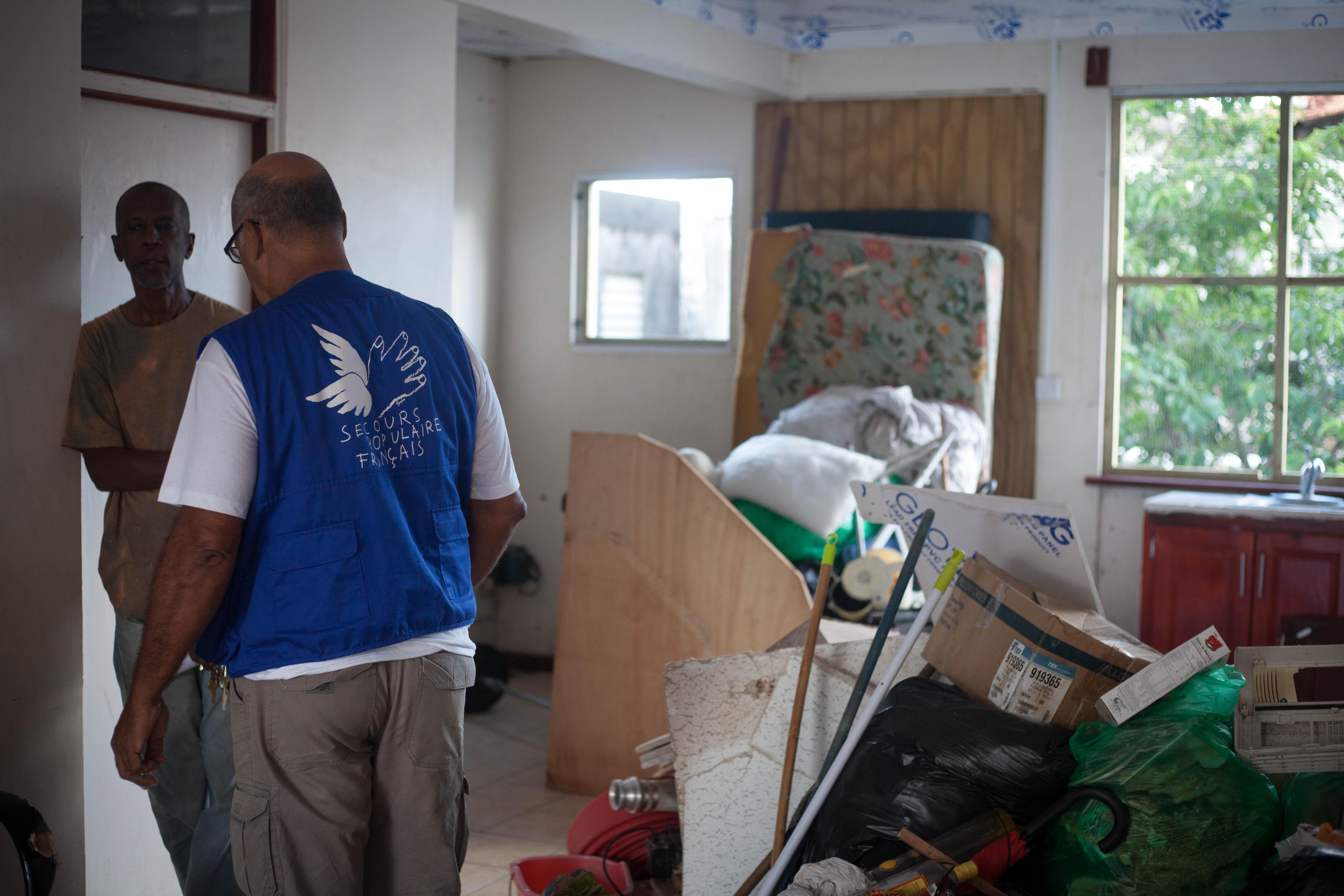 Aux Antilles, le Secours populaire accompagne dans leurs démarches administratives les habitants les plus vulnérables.